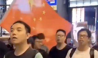 中国国歌を斉唱