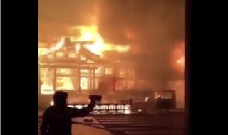 首里城が炎上