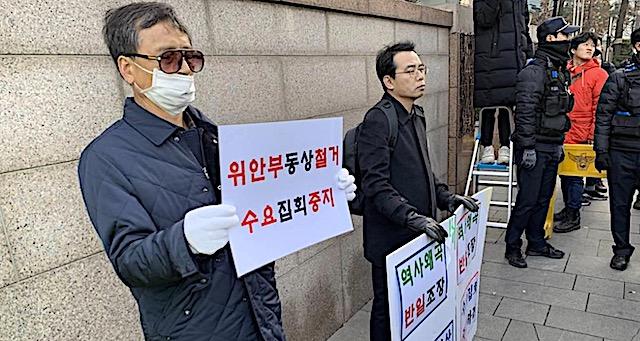 日本大使館前