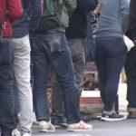 パチンコ店に行列の男性