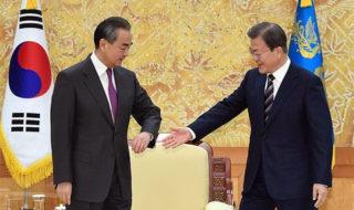 中国 王毅外交部長、韓国 文在寅大統領の握手を拒否
