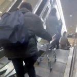 エスカレーターの上からカートを落とす男数人組