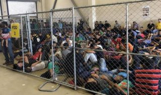 不法移民収容施設比べ