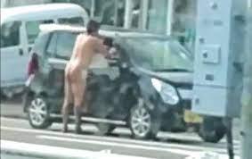 全裸の外国人男が路上の車を襲撃