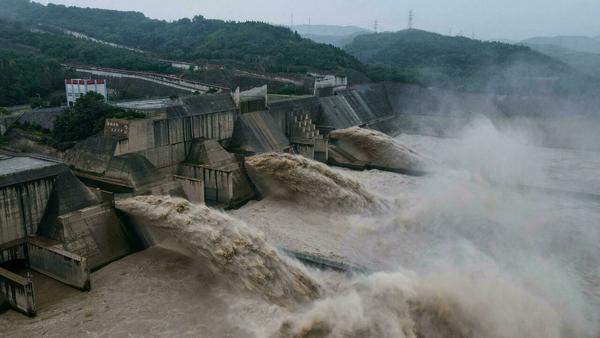 中国 48時間で3つのダムが決壊